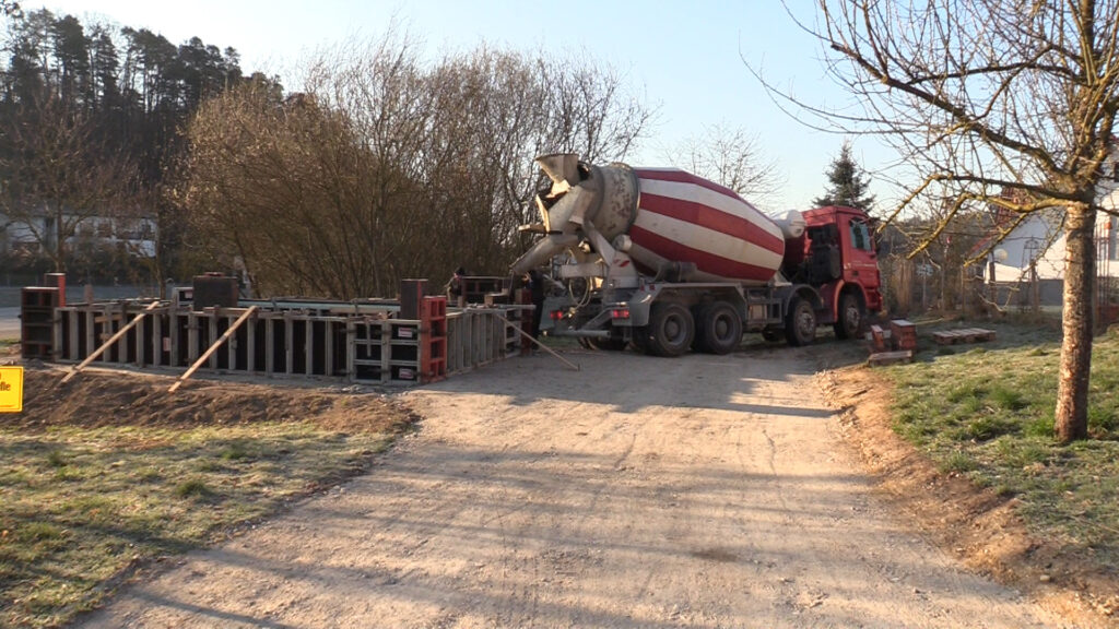 02. April - Die Betonaufkantung wird gegossen